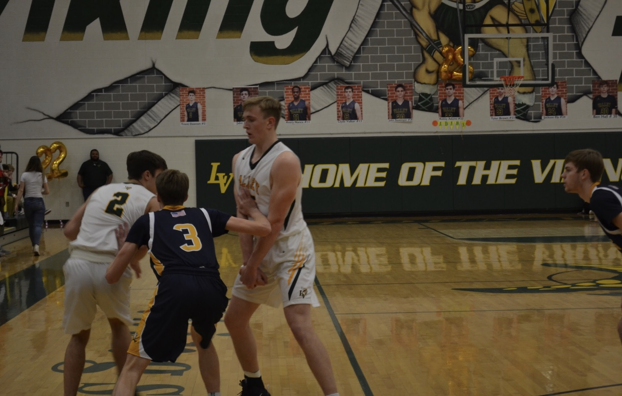 Cooper Thunnel sets a pic for his teammate Trent Dawson to open a lane for Dawson to score.